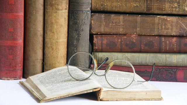 Occhiali per leggere e libri antichi della biblioteca Mansutti